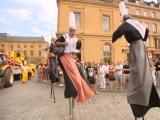 Parade d'échassiers pour les Fêtes de la Mirabelle (57)