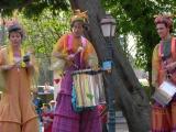 Echassiers jouant de la samba pour animation d'une braderie (76)