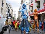 En déambulation pour un carnaval : animation d'échassiers