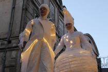 Des anges sur échasses blancs et lumineux